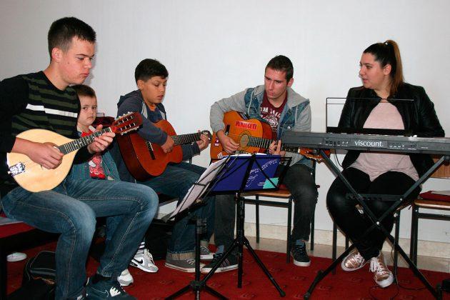 Glazbena pratnja dječjega zbora: Ante Rupić, Jakov Rak, Tome Junaković i Anamarija Junaković
